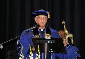 Kike Figaredo (p.1976) recibió el Doctorado honoris causa por la Saint Louis University